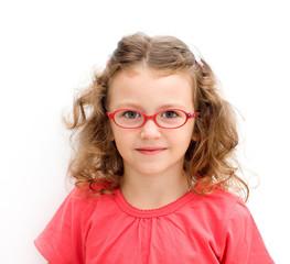 Bambina con occhiali rossi