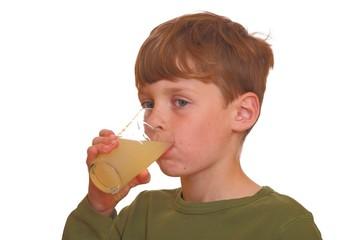 Ein Junge trinkt Saft