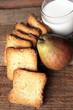 fette biscottate con latte e pera