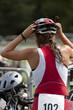 triathlète femme mettant son casque en zone de transition