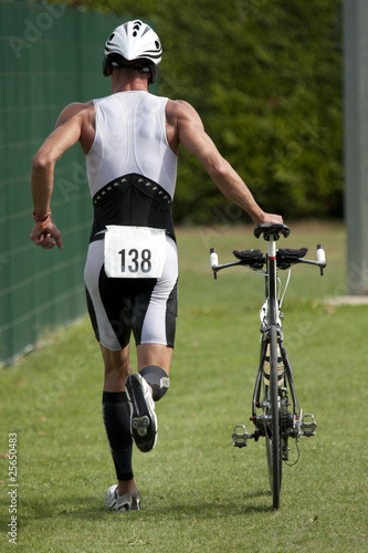 triathlète en zone de transition