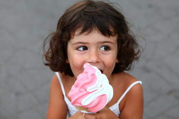 petite fille mangeant sa glace