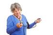 Seniorin misst ihren Blutdruck