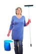 Ältere Frau mit Putzmittel