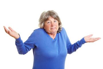 Seniorin zuckt mit den Schultern