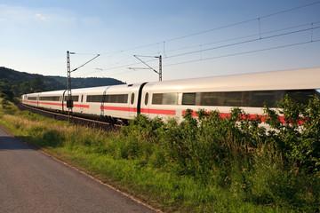 Zug rast durch Landschaft