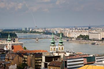 Avión en picado sobre el Danubio en Budapest