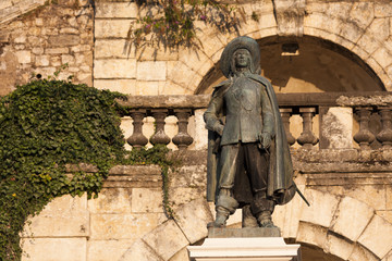 statue de D'artagnan à Auch en contre plongée