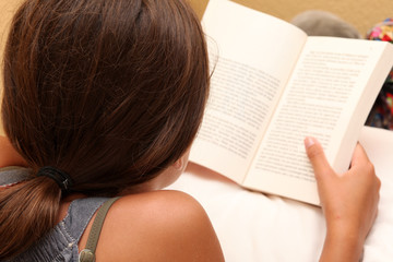 adolescente legge un libro