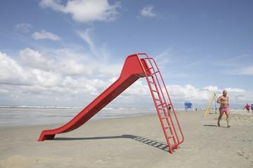 rote rutsche am strand