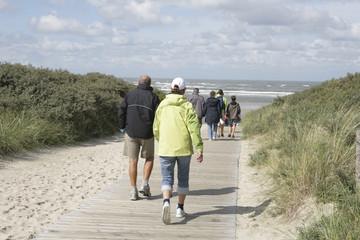 menschen auf dem weg zum strand