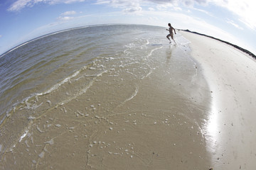 mann rennt nackt ins meer