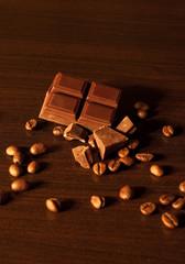 carré de chocolat et grains de café