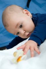 Baby greift nach Nuckel