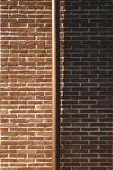 pluviale su parete di mattoni