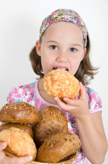 Mädchen isst vom Brotkorb