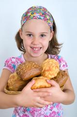 Mädchen hält Brotkorb