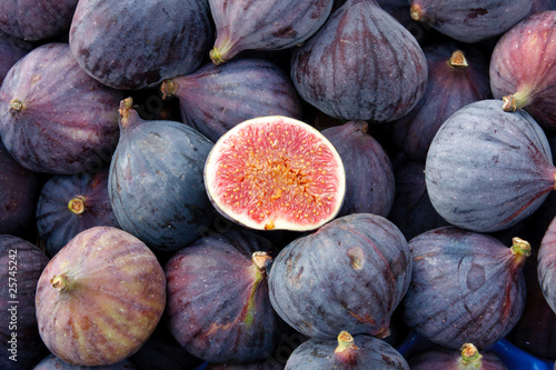 Tasty organic figs at local market © Zechal