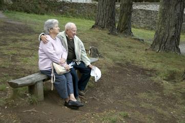 Glückliche Senioren auf Parkbank