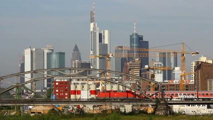 Regionalzug vor Skyline Frankfurt