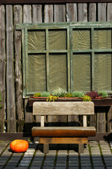 Holzbank im Herbst