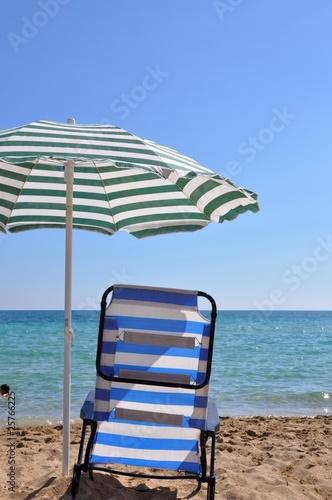 liegestuhl und sonnenschirm am strand von sebastiano fancellu lizenzfreies foto 25766225 auf. Black Bedroom Furniture Sets. Home Design Ideas