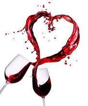 Dwa kieliszki czerwonego wina plusk abstrakcyjne serca