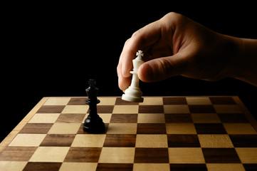 チェスの駒を持つ手