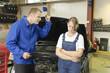Automechaniker Meister schimpft mit Azubi
