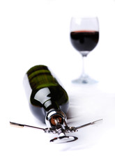 Butelka wina z korkociągiem i kieliszek