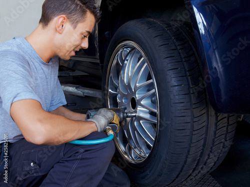 Tyre fitting with new alu rim on a suv
