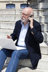 business man senior au téléphone