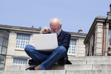 homme âgé professionnel connecté avec son portable