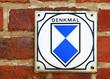 Altes verwittertes Denkmal Schild auf Mauer