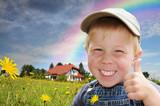 Fototapety Kind zeigt Zustimmung für Wohnhaus in und mit Natur
