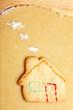 Bunter Keks als Haus mit Rauch aus Mehl