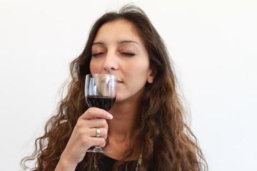 Riechen an einem Glas Rotwein