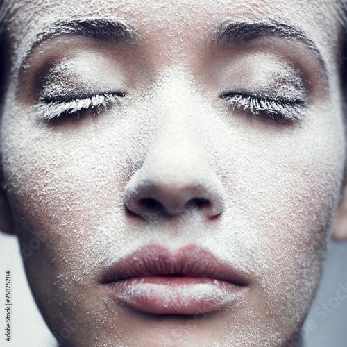 Leinwanddruck Bild Girl in frost