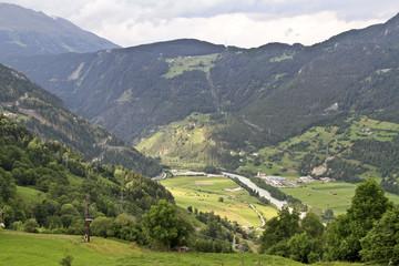 Flusstal in den Alpen