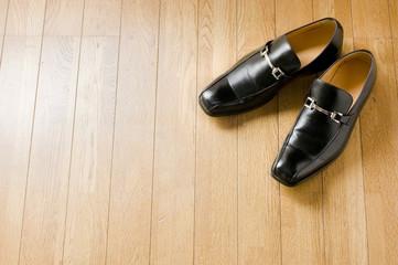 床に置かれたビジネスシューズ