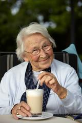 Nette alte Dame Latte Macchiato