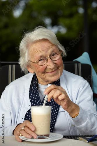 Nette alte Dame Latte Macchiato - 25905463