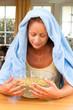 Frau mit Erkältung und Grippe. Inhalieren von Kräutern.