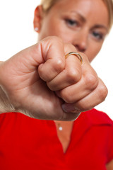 Frau ballt Hand zur Faust. Symbolfoto für Wut und Ärger.