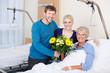 patientin mit besuch im krankenhaus
