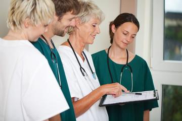 krankenhauspersonal bei einer besprechung
