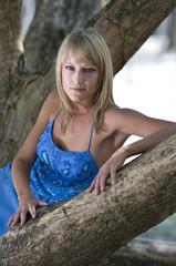 Blonde Junge Frau in der Natur