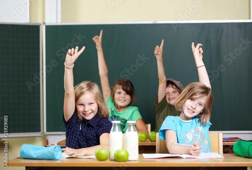 Leinwanddruck Bild Schüler melden sich