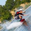 wellenreitender Mann beim Wassersport dynamisch