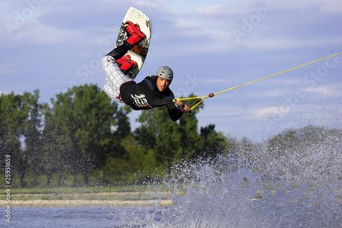 Mann beim Wassersport in der Luft